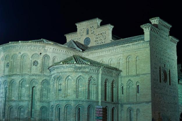 Ночной вид на приход сантьяго мэра в толедо, испания