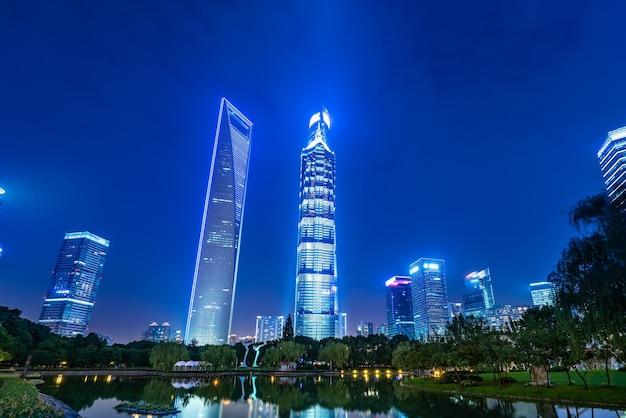 上海の陸家嘴金融地区の都市緑地と近代建築の夜景