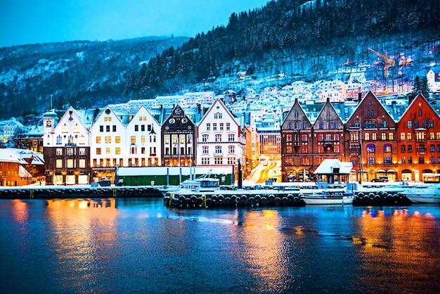 Bryggen- 베르겐, 노르웨이의 한자 부두에있는 역사적인 건물에 야경.