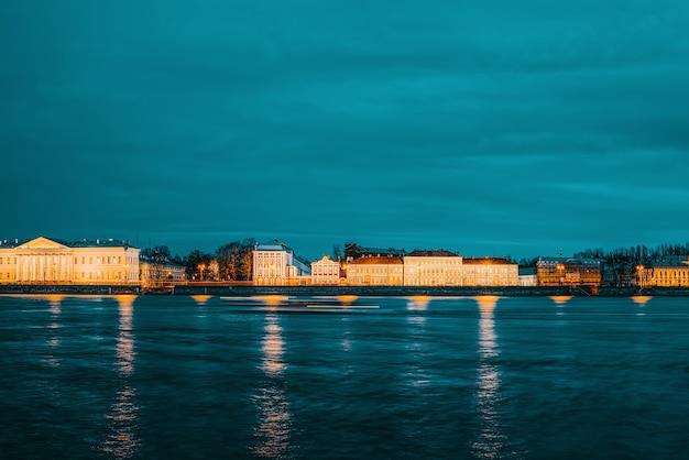 Ночной вид на стрелку васильевского острова. санкт-петербург. россия.