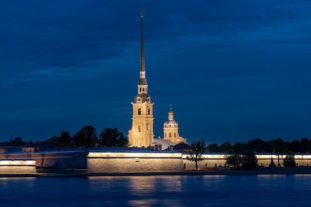 Ночной вид на петропавловскую крепость в санкт-петербурге в россии