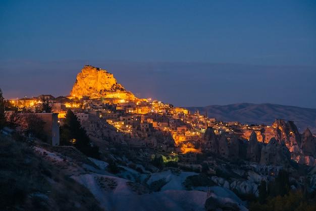 ハトの谷にあるウチサール要塞の夜景