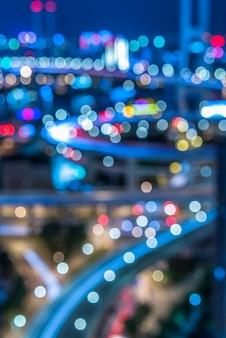 Vista notturna del traffico urbano con il paesaggio urbano