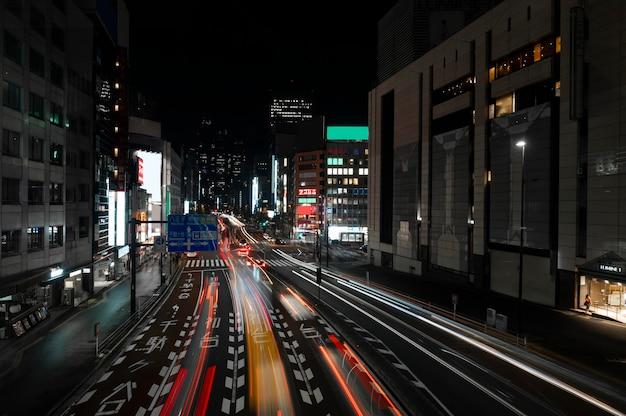 ナイトライフの街の通りに光の輝き