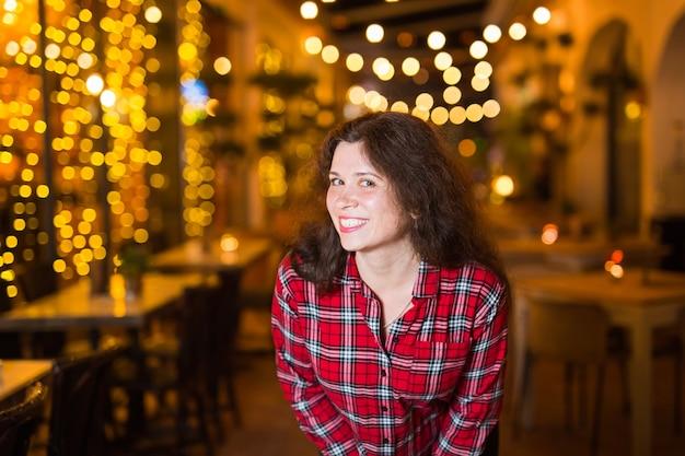 유흥, 사람과 재미 개념-아름 다운 젊은 여자는 거리에 밝은 레스토랑 근처 포즈