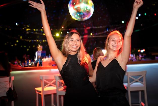 Persone della vita notturna che si divertono nei bar e nei club