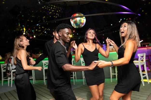 Люди ночной жизни веселятся в барах и клубах