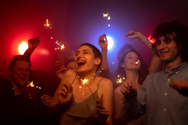 Vita notturna con gente che balla in discoteca