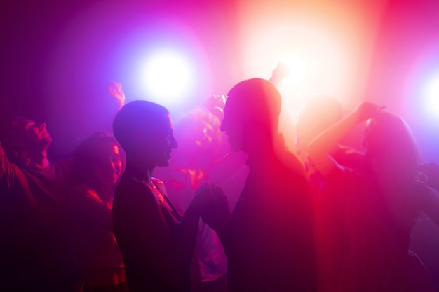 Ночная жизнь с людьми, танцующими в клубе