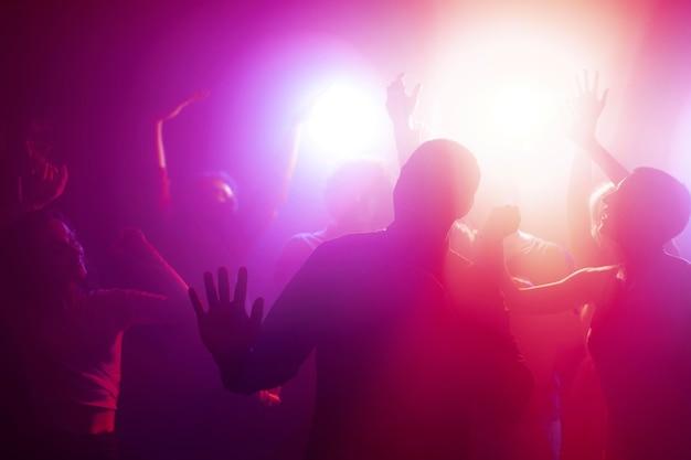 클럽에서 춤추는 사람들과 밤문화