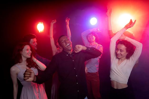 クラブで踊る人々とのナイトライフ