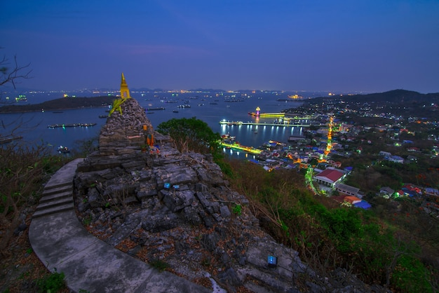 Nightscape пагоды будды след буддизма на большом холме в ko si chang island chonburi провинция, популярное туристическое направление в таиланде.