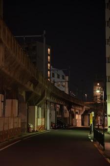 ライトのある夜の狭い日本通り