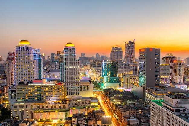 Вид с воздуха горизонта города бангкока на nighttime и небоскребы центра города бангкока.