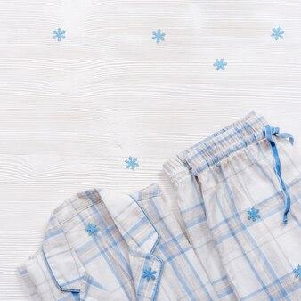 겨울철 눈송이와 함께 수면을위한 잠옷
