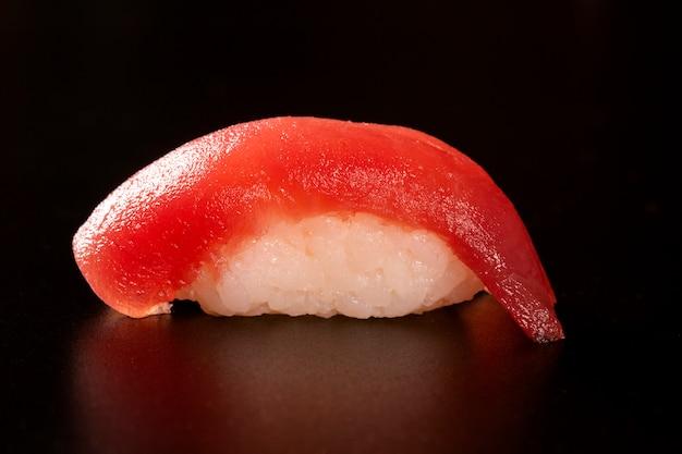 Тунец nigiri, тунец суш, японская еда на керамическом блюде, японский стиль еды, японское меню, тунец суш, суши maguro на предпосылке блюда, селективном фокусе.