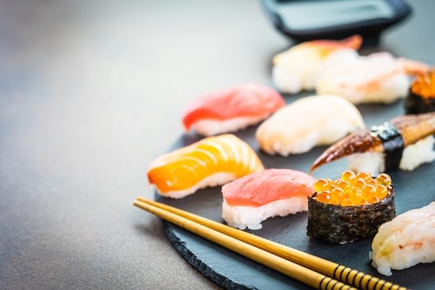 Суши нигири с лососем, тунцом, креветками, креветками, угрем и другими сашими