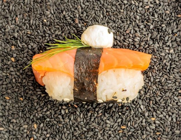 Нигири суши с сырой красной рыбой