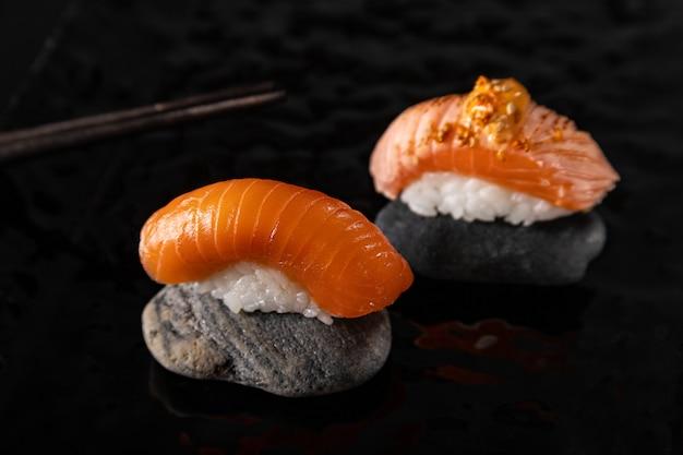 Нигири суши с лососем на косточке и глянцевой тарелкой