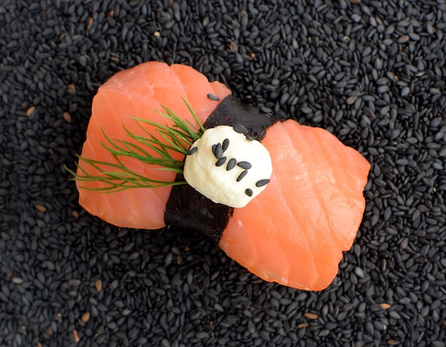 Суши нигири с лососем, вид сверху