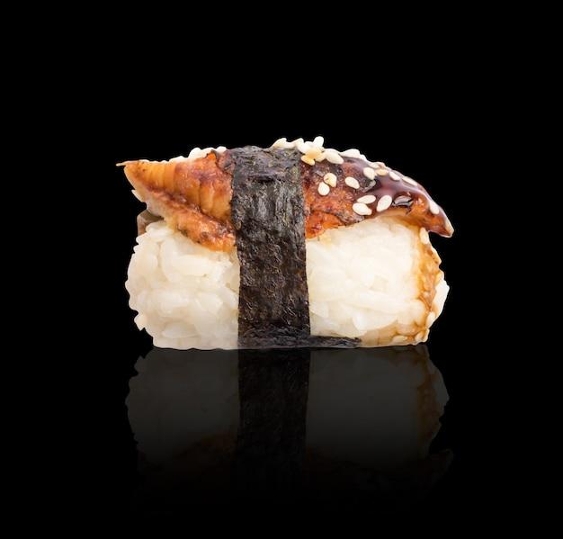 Суши нигири с копченым угрем и водорослями нори изолированно