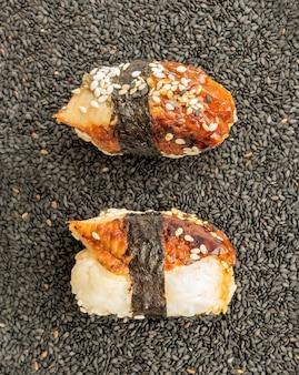 Нигири суши с копченым угрем и черным кунжутом