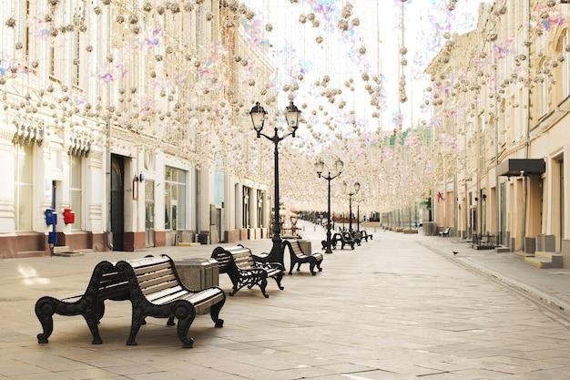 Никольская улица в москве летним утром, старый исторический центр, пустой, копия пространства