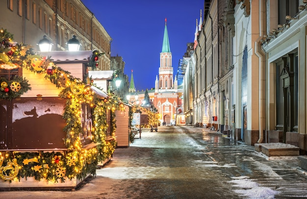 Nikolskaya street in moscow with a view of the nikolskaya tower of the kremlin and houses-shops
