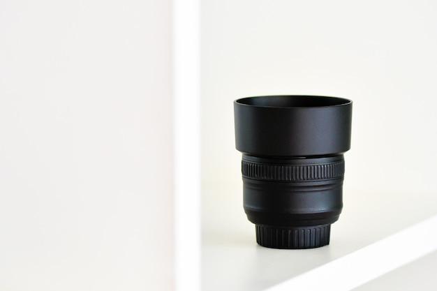 Объектив nikon 50mm f1.8 g на белом фоне