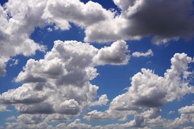 푸른 하늘 배경에 후광 구름