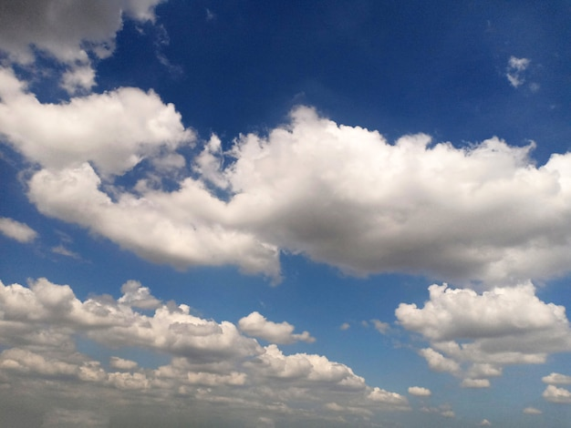 하늘 배경에 후광 구름