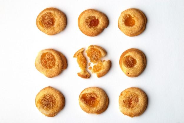 살구 잼이 균등하게 배열 된 9 개의 수제 쿠키.