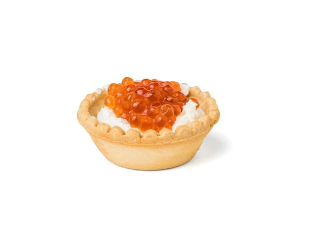 白い表面に分離されたカッテージチーズと赤キャビアの9つのタルト。海の珍味の前菜。