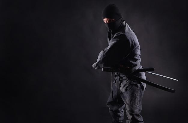 Ниндзя, самурай готовится обнажить меч