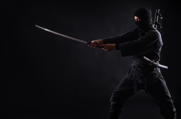 Ниндзя, воин-самурай в темноте