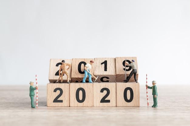Миниатюрная рабочая команда создания № 2020