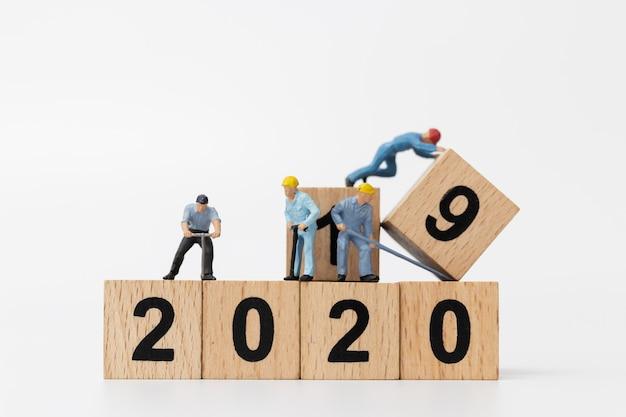 Миниатюрные люди: рабочий коллектив создает деревянный блок № 2020