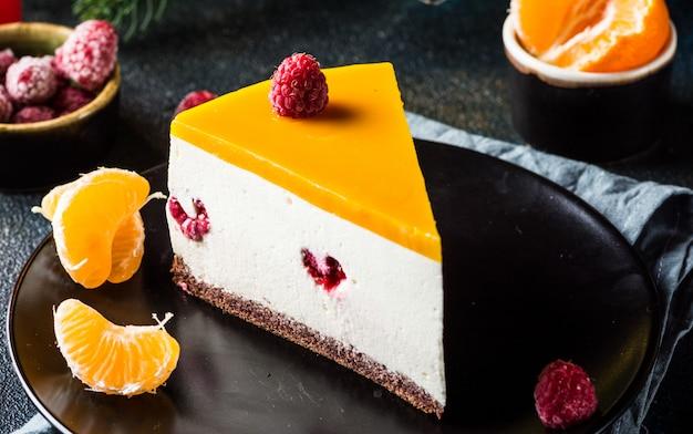 焼きたてのラズベリーとタンジェリンで飾られたベイクマンゴーチーズケーキはありません。ヘルシーなデザート。ベジタリアンフード。生物。生デザート