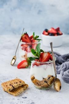 오래 된 콘크리트 표면에 슬라이스 항아리에 딸기와 구운 디저트 treifl 또는 치즈 케이크 없음