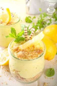 작은 빈티지 항아리에 민트와 함께 구운 수제 레몬 치즈 케이크 없음