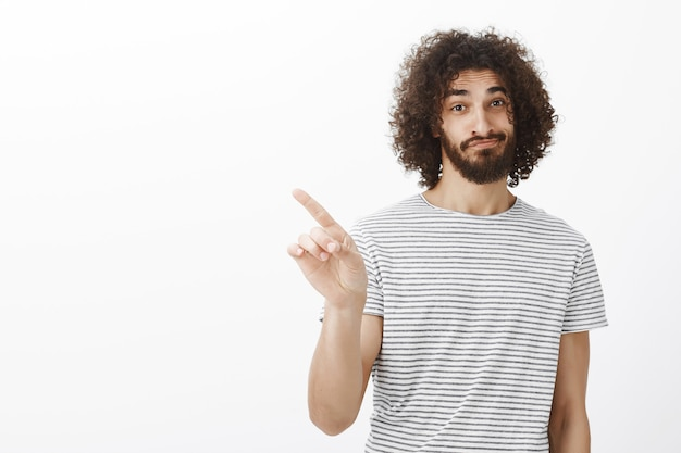 いいえ、それについて考えないでください。巻き毛とひげの自信を持ってハンサムな大人の兄弟