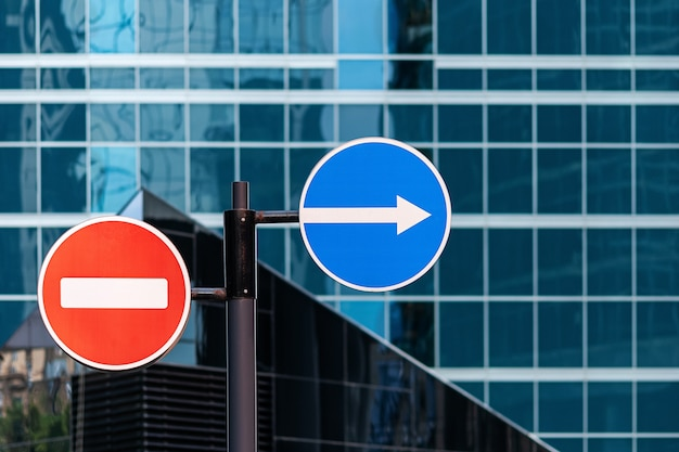 Въезд запрещен, а стрелка направо - дорожный знак в современном городе, нет людей.