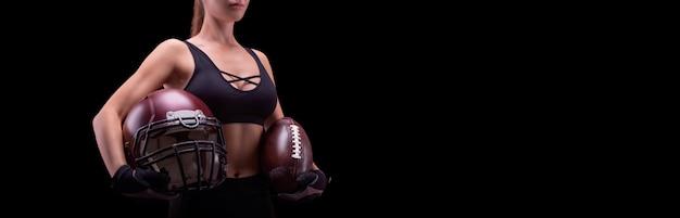 미식축구를 하기 위해 공과 헬멧을 쓴 여성의 이름은 없습니다. 스포츠 개념입니다. 혼합 매체