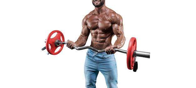 Без имени сексуальный мускулистый мужчина в джинсах позирует на белом фоне со штангой. бодибилдинг и фитнес-концепция. смешанная техника