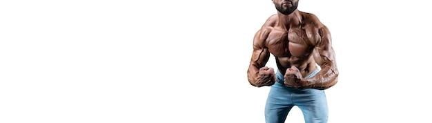 Нет имени сексуальный мускулистый мужчина в джинсах, позирует на белом фоне. бодибилдинг и фитнес-концепция. смешанная техника