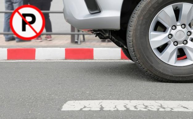 Знак запрета на парковку на знаке красных полос на улице