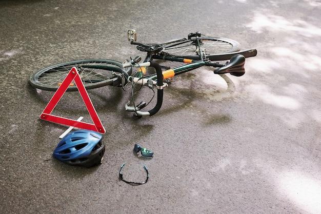 Нет людей. место попадания. велосипедная авария на дороге в лесу в дневное время