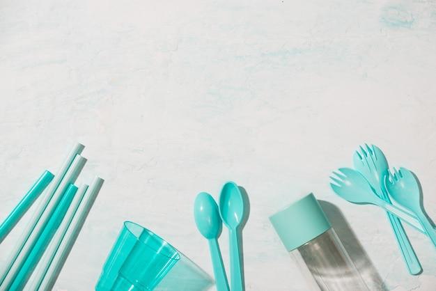 아니 플라스틱 재활용 개념 파란색 플라스틱 접시 접시 컵 숟가락 격리 된 흰색 배경, 복사 공간, 평면도