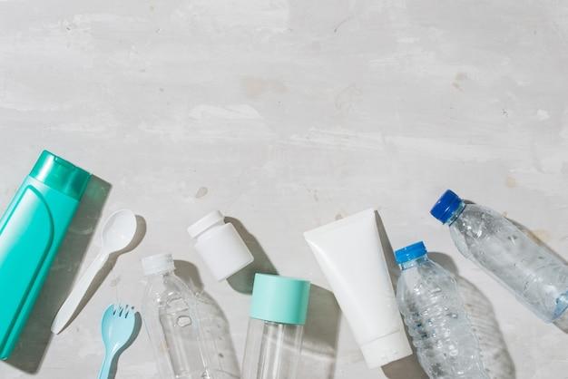 いいえプラスチック リサイクル コンセプト白いプラスチック皿プレート カップ スプーン分離白背景、コピー スペース、トップ ビュー
