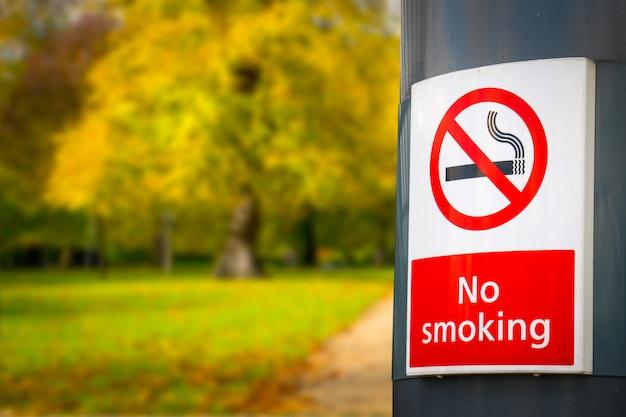 Не курить доска и знак в парке